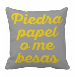 """Cojín """"Piedra, Papel o me Besas"""""""